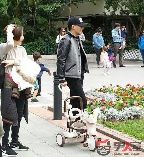 刘恺威带小糯米逛公园