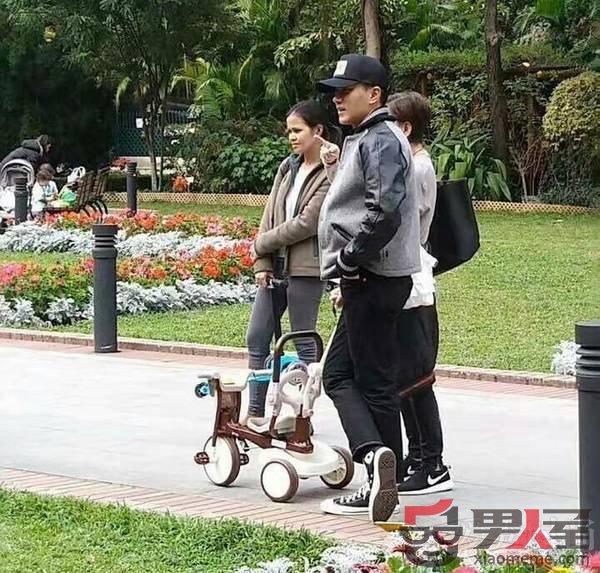 刘恺威带小糯米逛公园图片